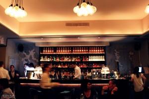 Restaurant Bar La Môme à Cannes, Côte d'Azur. Sortir pour une soirée entre amis au centre ville de la French Riviera. Cuisine authentiques, bar vin et cocktails. Photo Mister Riviera Blog